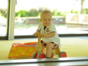 Ребёнок на беговеле