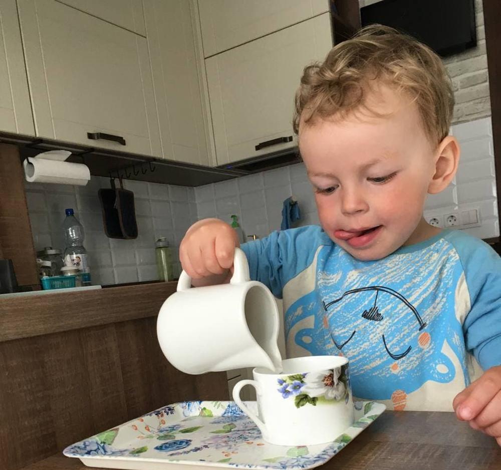 реббёнок наливает себе воду