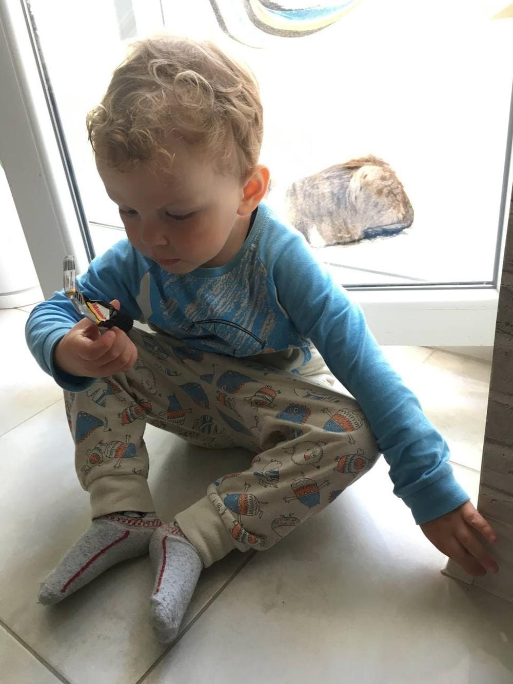 ребенок помогает приклеить плинтус