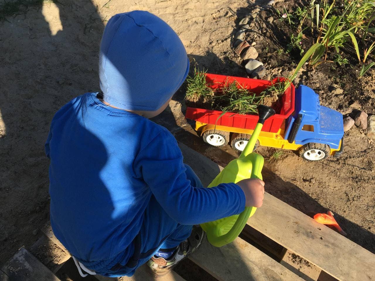 Ребенок на даче исследует происходящее