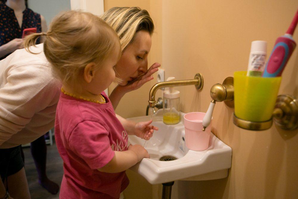 ребёнок учится умывать лицо