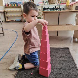Мальчик занимается с Розовой башней