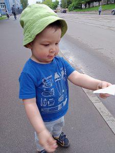 ребёнок вышел из трамвая с билетом