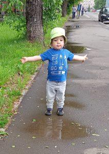 ребёнок ходит по лужам