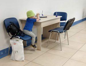 Ребёнок играет в госучреждении, пока мама делает свои дела