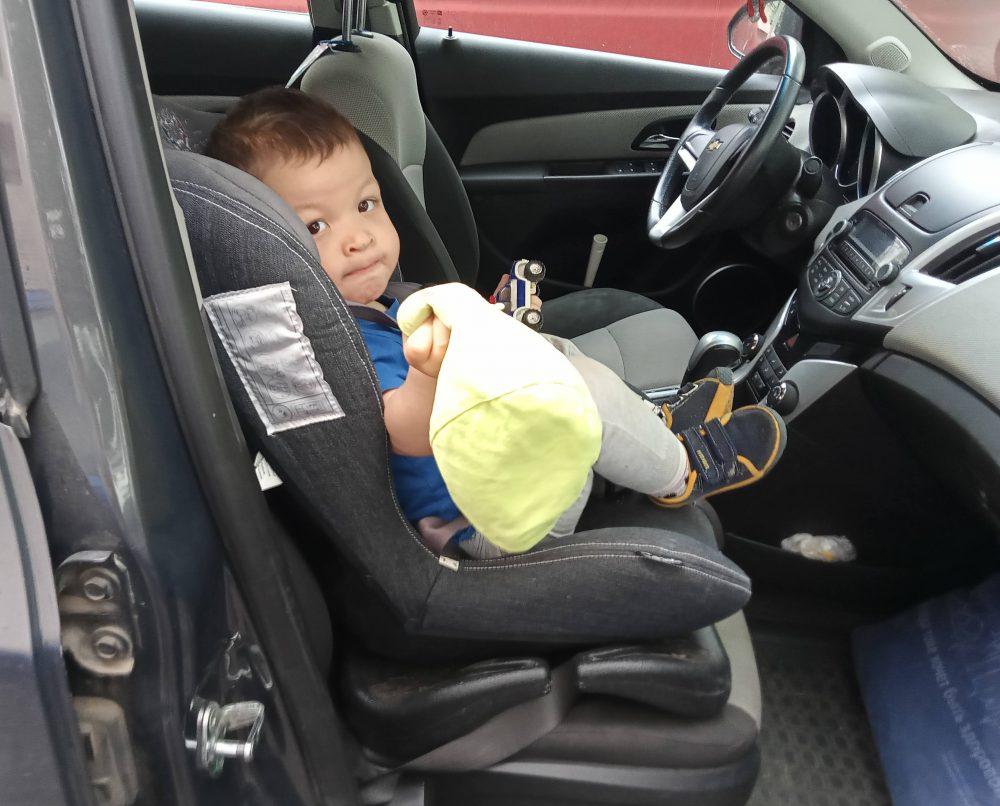 Ребёнок в автокресле в машине