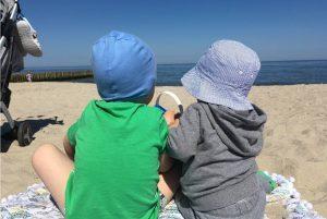 Выходной день с двумя детьми, на пляже