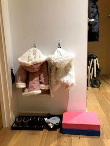 Детская одежда в прихожей