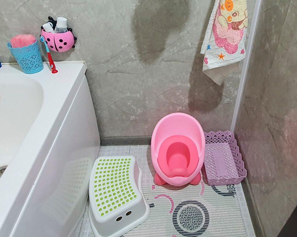 туалет и ванная с табуреткой для ребёнка